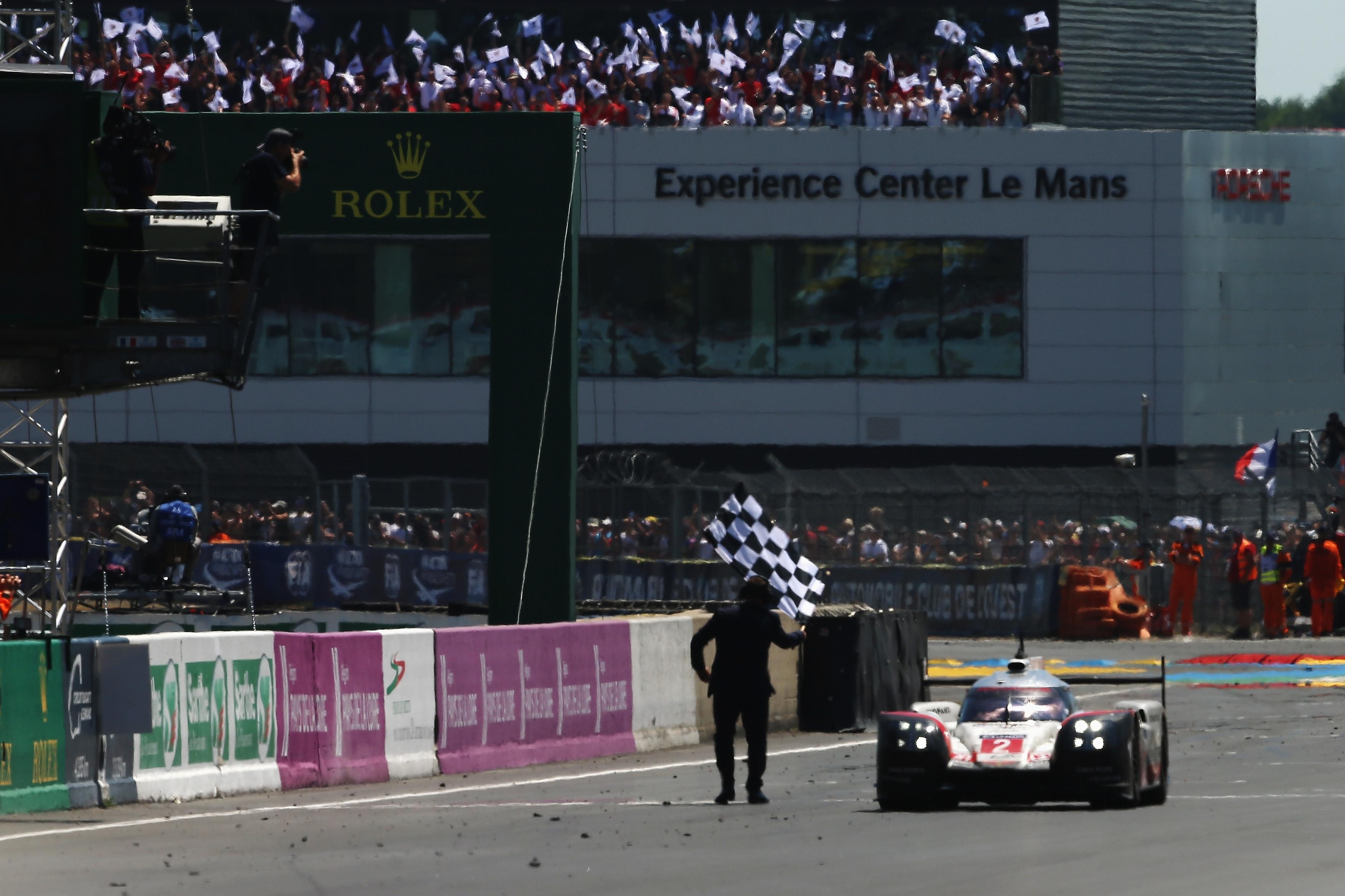 Екипът на Porsche с номер 2 Тимо Бернхард, Брендън Хартли
