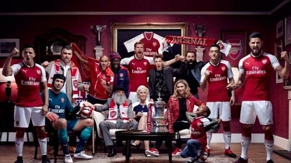 Арсенал представи новия си домакински екип за сезон 2017/18. Голямата