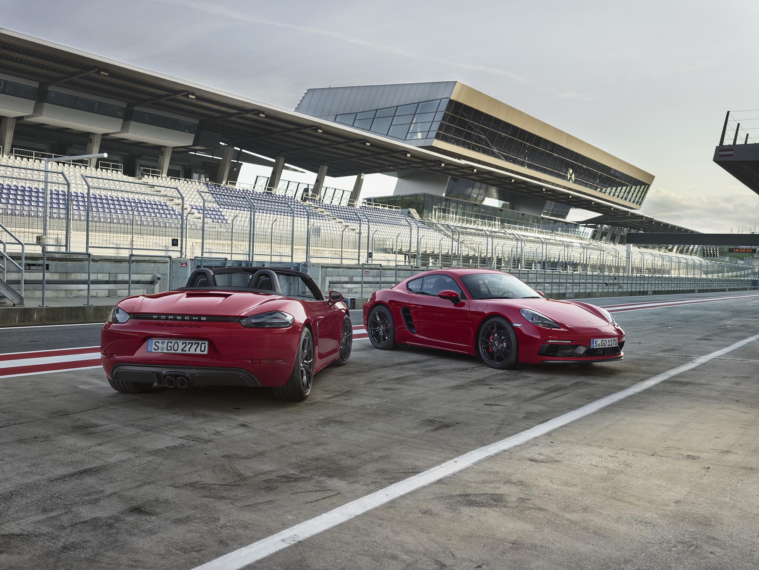 Porsche развива успешно гамата си модели със средно разположени двигатели