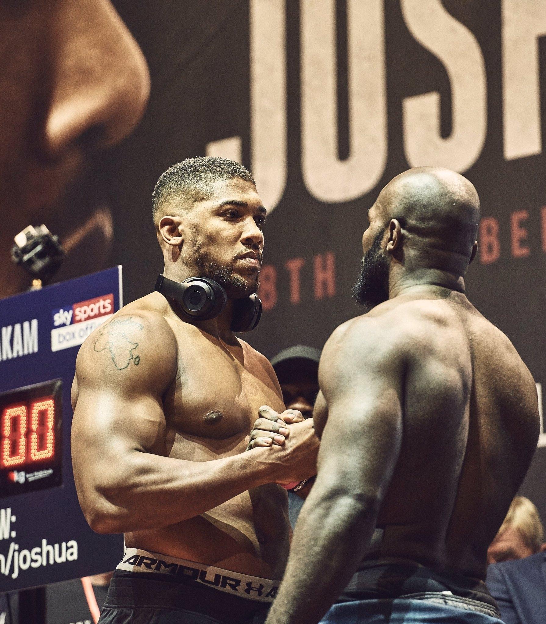 Световният шампион Антъни Джошуа помогна за събуждането на контузен боксьор,