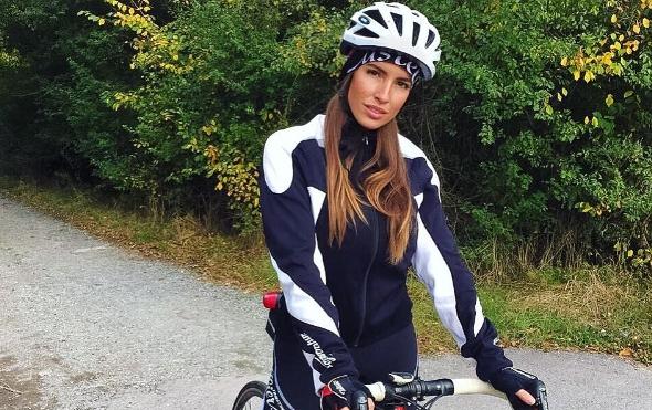 Словашката сексбомба Лучия Яворчекова надъхва колоездача Петер Саган за изумителните