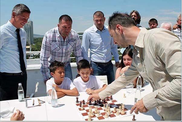 Демонстративната среща по шахмат между Веселин Топалов и боксьорите Кубрат