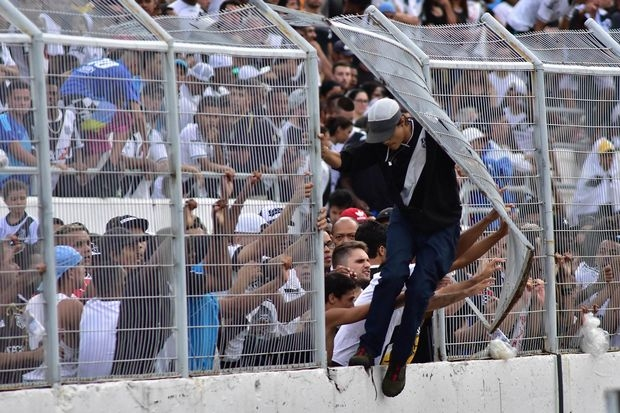 Снимка: Съдия прекрати елитен мач в Бразилия заради нахлуване на фенове