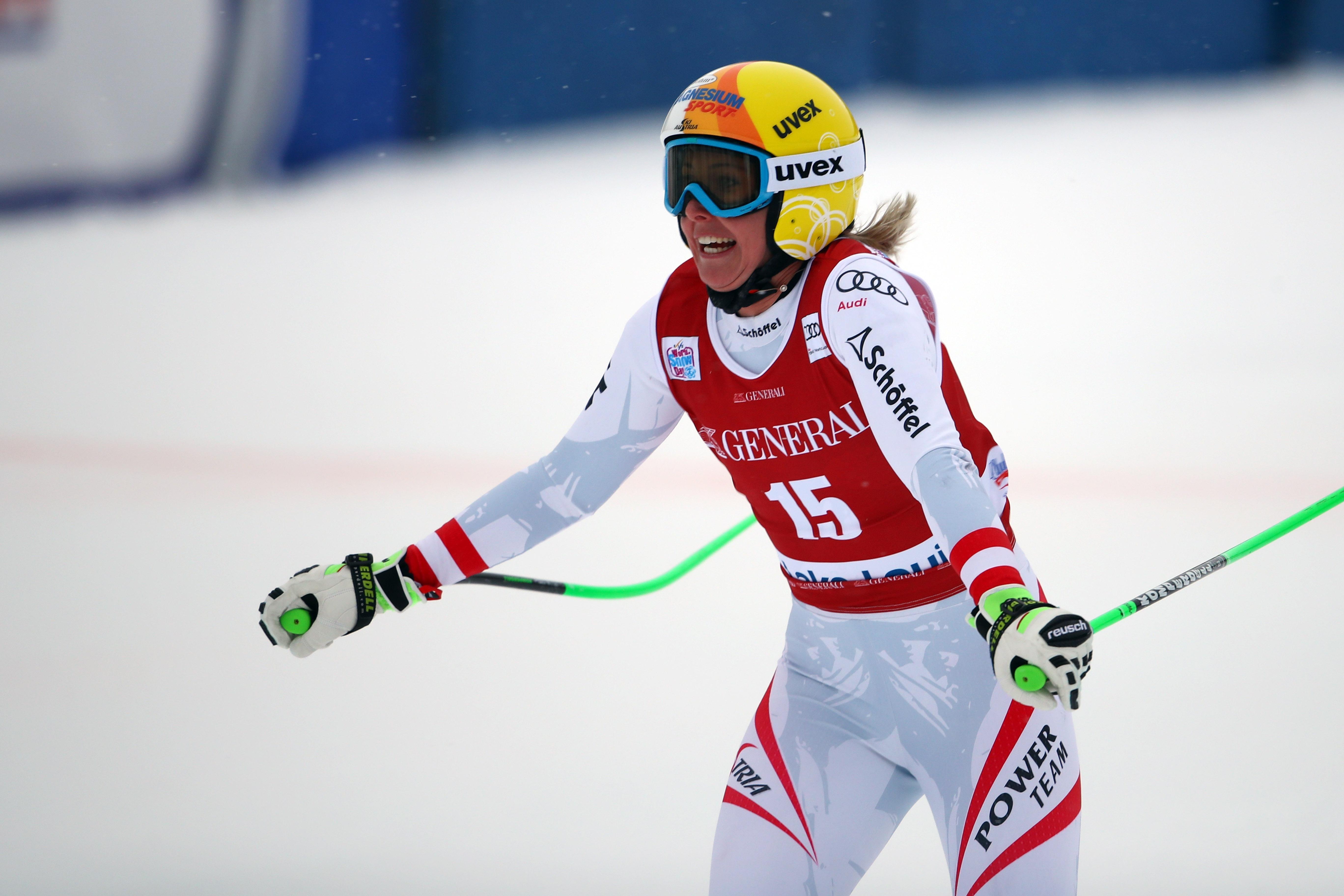 Корнелия Хютер спечели първото спускане при жените за сезона, след