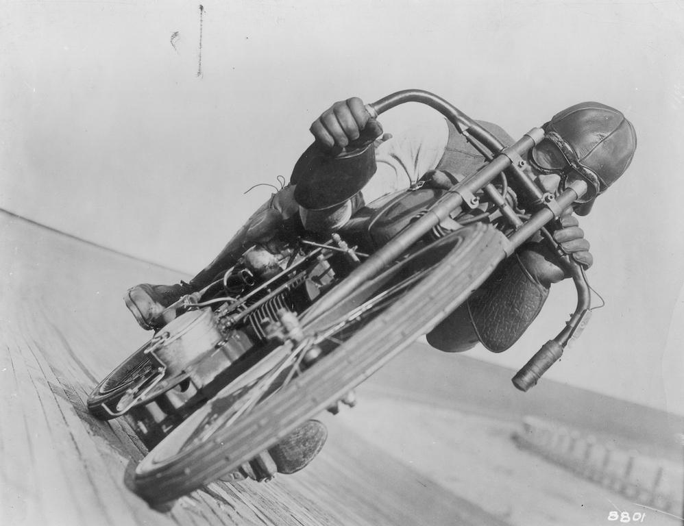 През 1921 година един мотоциклет печели състезание със средна скорост