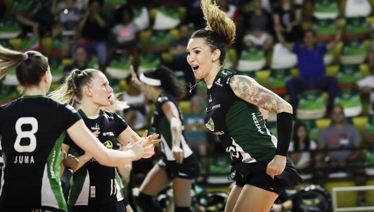 Първата транссексуална бразилка дебютира в местното волейболно първенство за жени