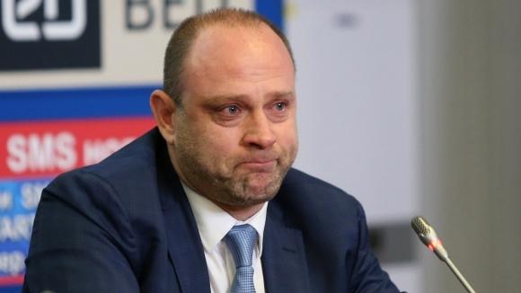 Треньорът на Левски Лукойл Тити Папазов трудно сдържа сълзите си