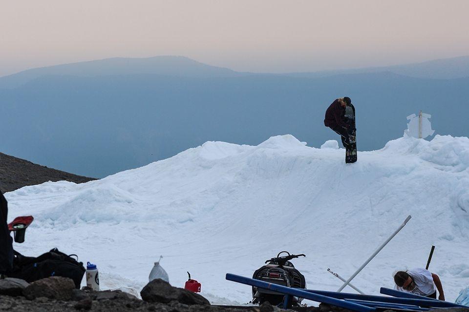 Над 20 професионални сноубордисти от САЩ, Канада, Австралия, Норвегия, Финландия