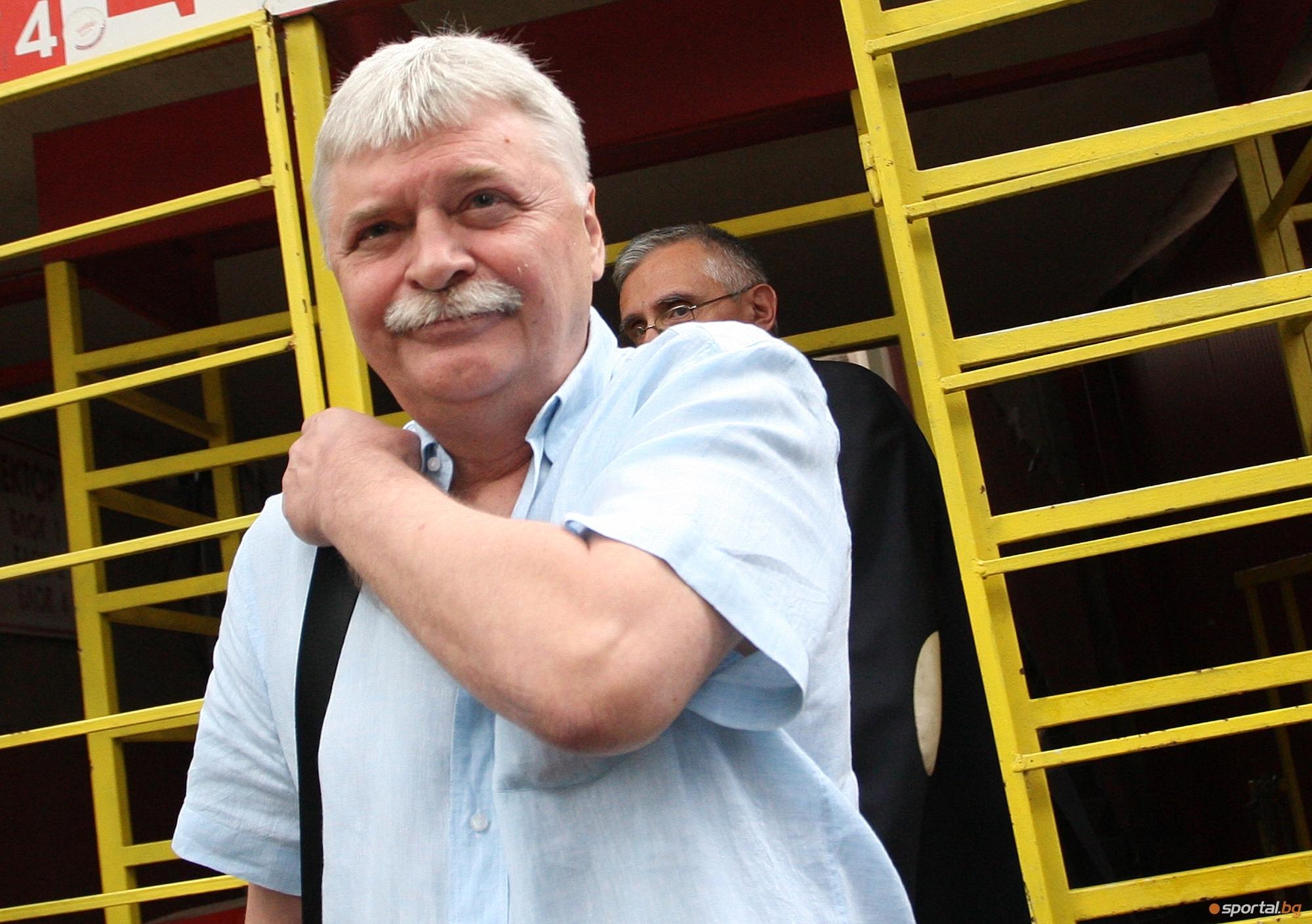 Мениджърът на Димитър Бербатов Емил Данчев е поел към Индия,