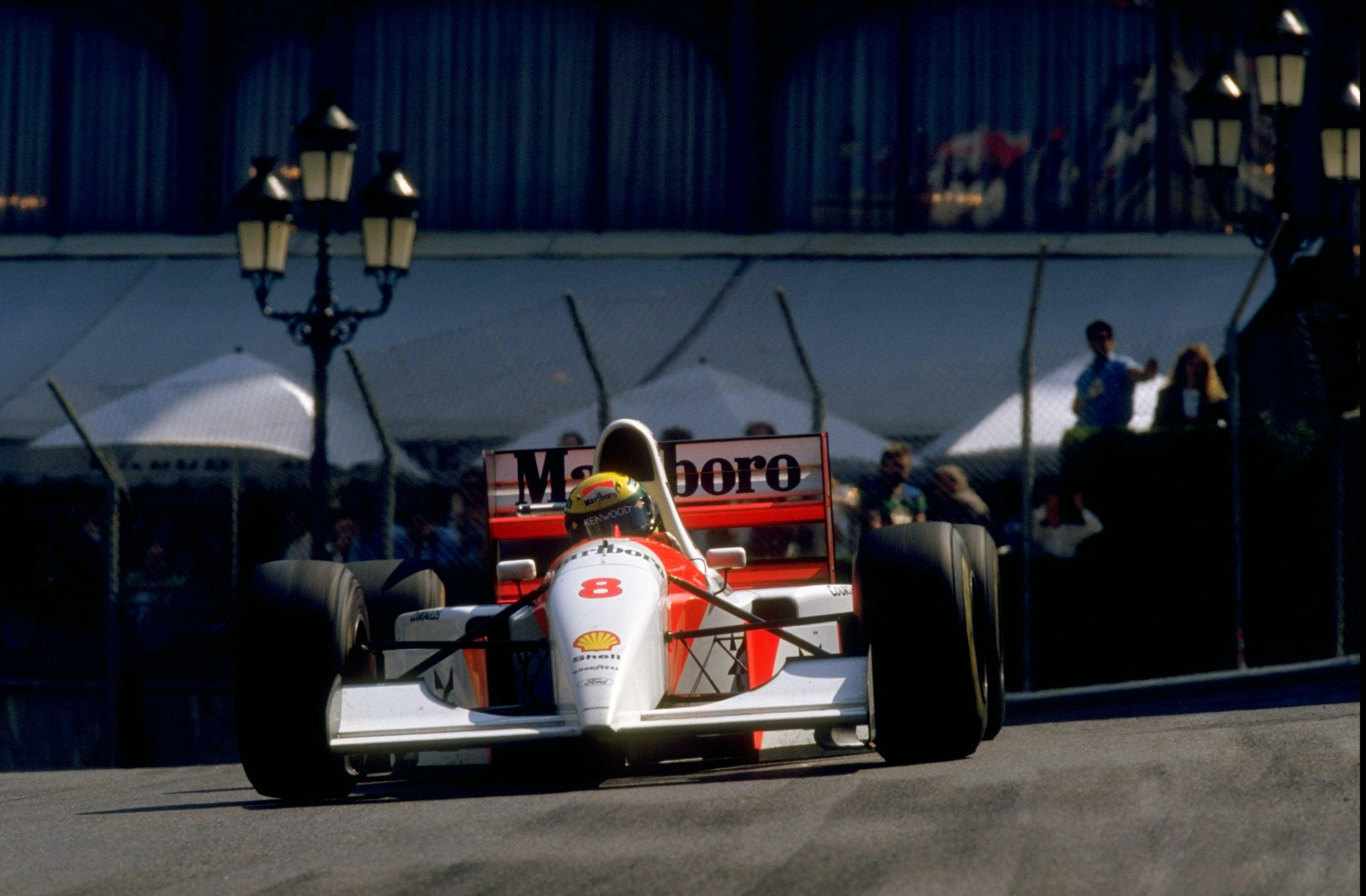 Състезателният автомобил McLaren MP4/8A, с който Аертон Сена спечели последната