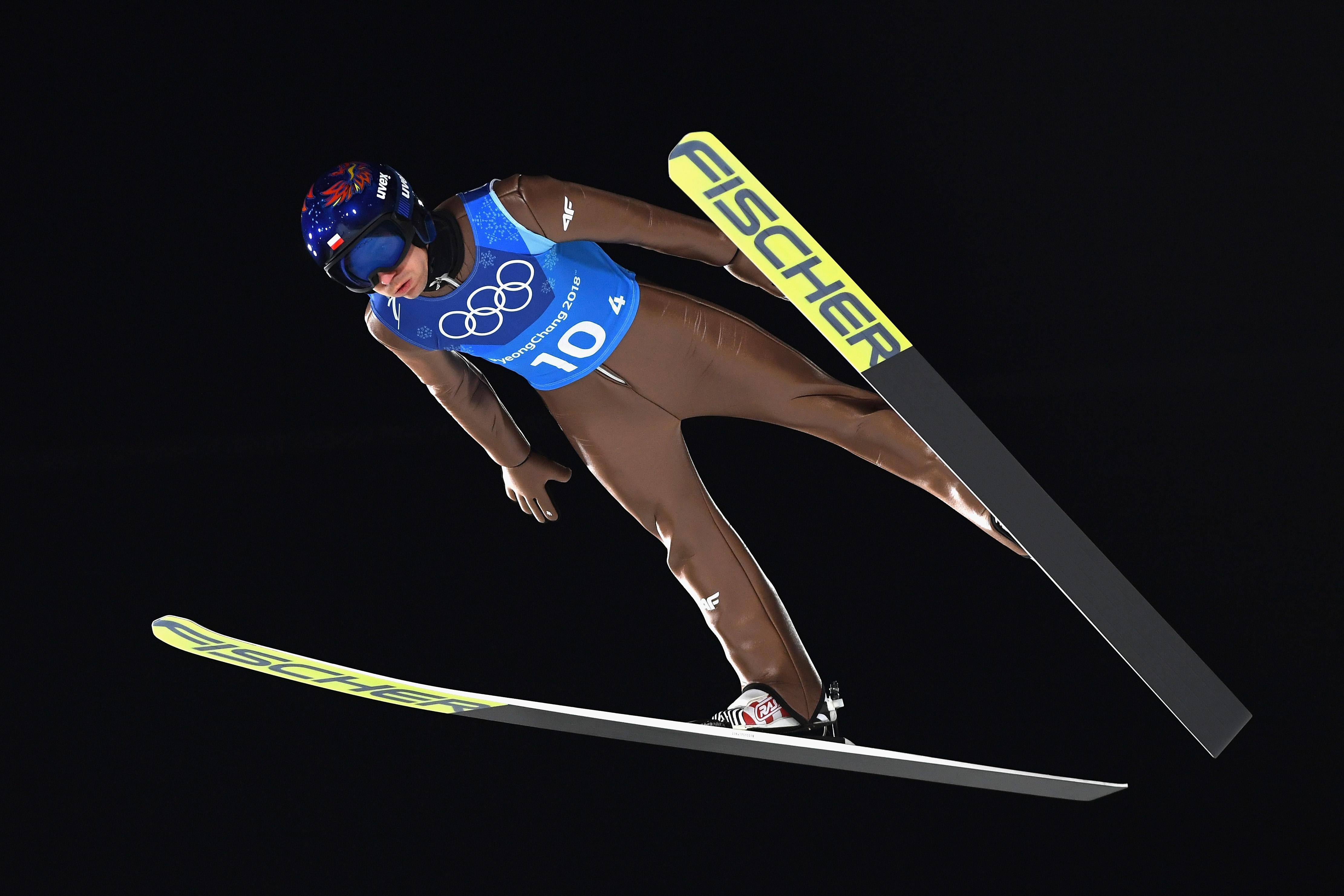 Олимпийският шампион Камил Стох постигна победа в скоковете от голяма