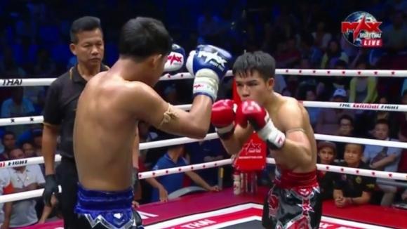 Тайландският кикбоксьор Сиа Петчнапачай нокаутира сънародника си Чор Рунгсанчай в