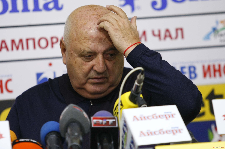Президентът на Славия Венцислав Стефанов зарадва репортерите след мача между