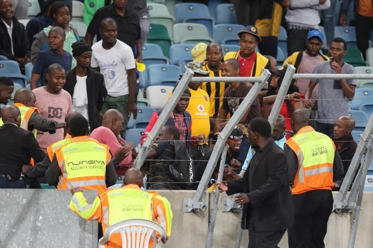 Стотици фенове в Република Южна Африка нахлуха на терена в