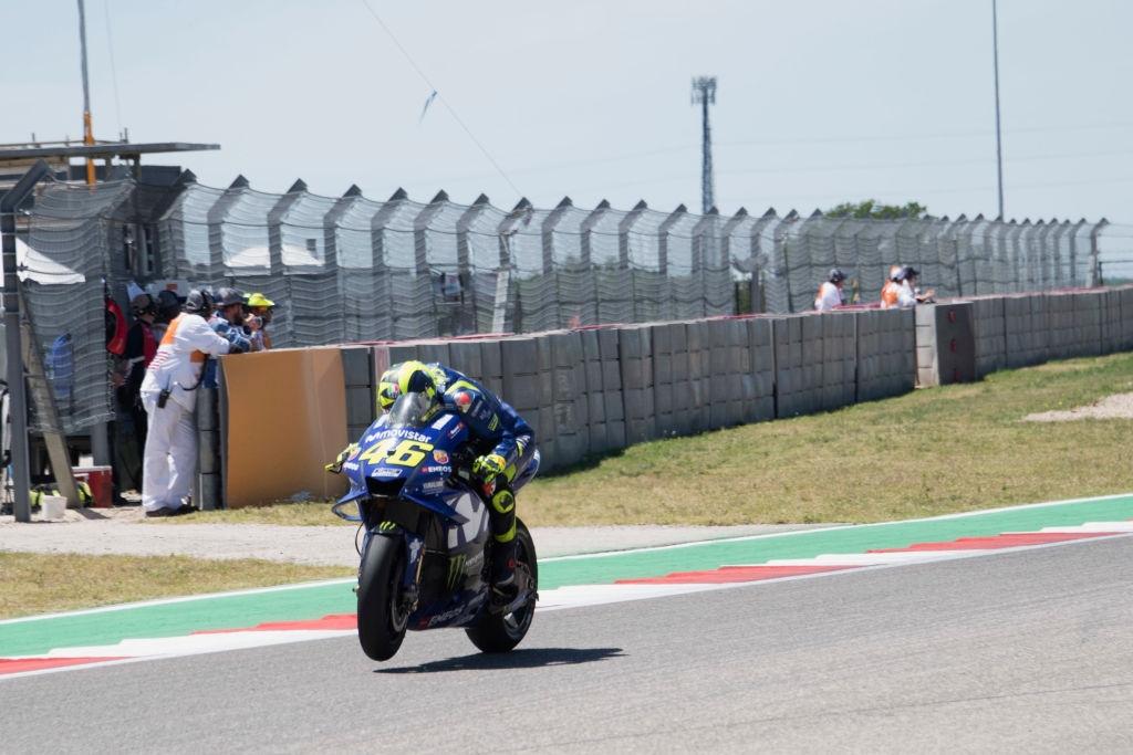 Ветеранът на MotoGP Валентино Роси премина карирания флаг на американската