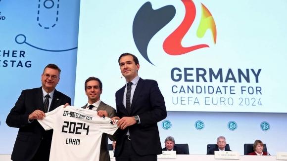 Бившият капитан на Германия Филип Лаам поведе кандидатурата на страната