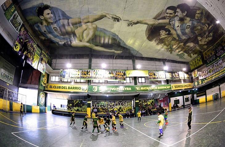 Футболът е религия в Аржентина, а това твърдение намери буквално