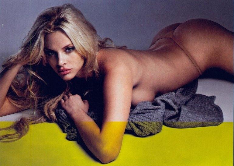 Риа Антониу е гръцки модел, но става по-известна като една