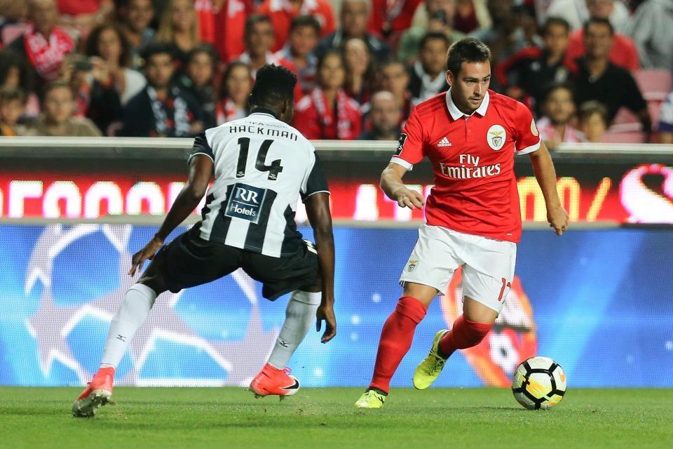 Арсенал се интересува от трансфера на полузащитника Бенфика Андрия Живкович.