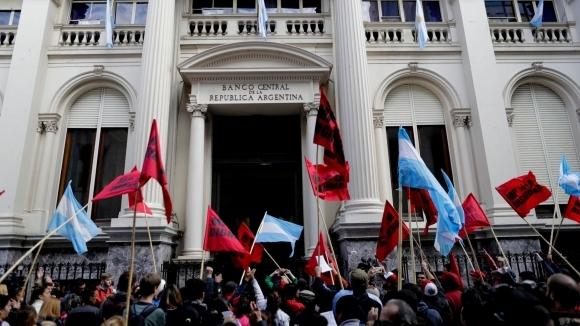 Президентът на Аржентина Маурисио Макри забрани на членовете на правителството