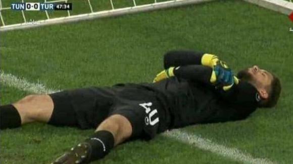 Вратарят на тунизийския национален отбор Муе Асен симулира травма преди