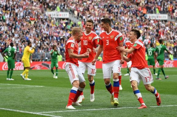 Русия и Саудитска Арабия играят при 1:0 на