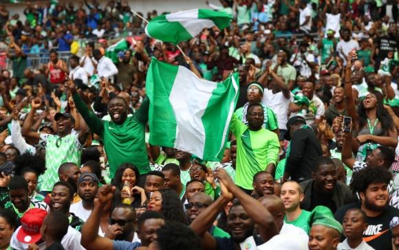26-годишният нигерийски фен Толуопе Акинди ще гледа световното първенство в