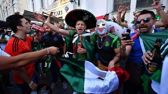Хиляди фенове на мексиканския национален отбор по футбол, победил вчера