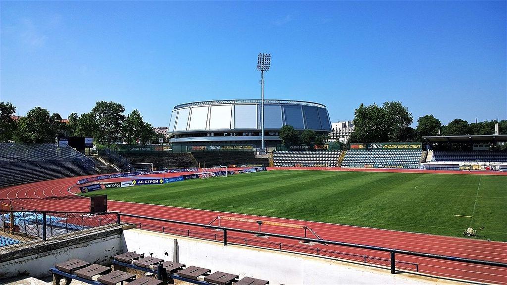 Гъби поникнаха на терена на стадиона в Русе, пише местното