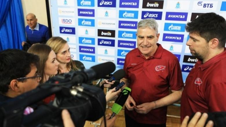Бившият национален селекционер на България Камило Плачи остава в Русия.