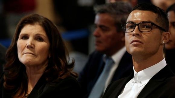 Майката на Кристиано Роналдо отрече слуховете, че е натискала португалската