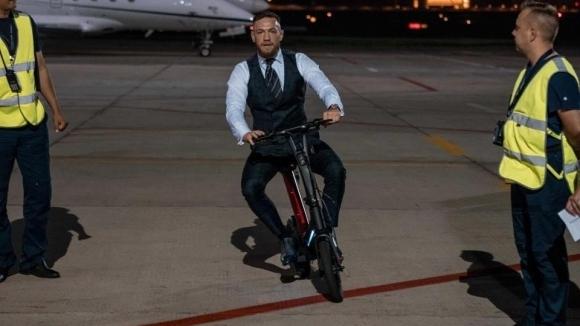 UFC звездата Конър Макгрегър използва електрически велосипед вместо трансферен автобус,