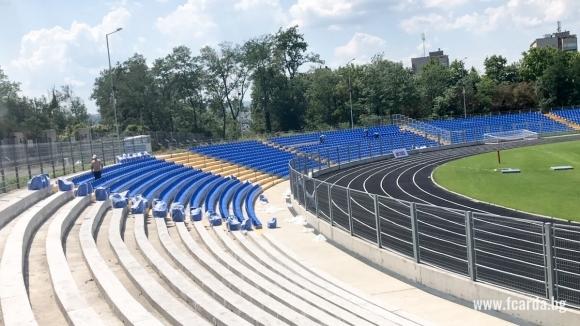 Ощенад3100 пластмасови седалки с облегалки се монтират на стадион