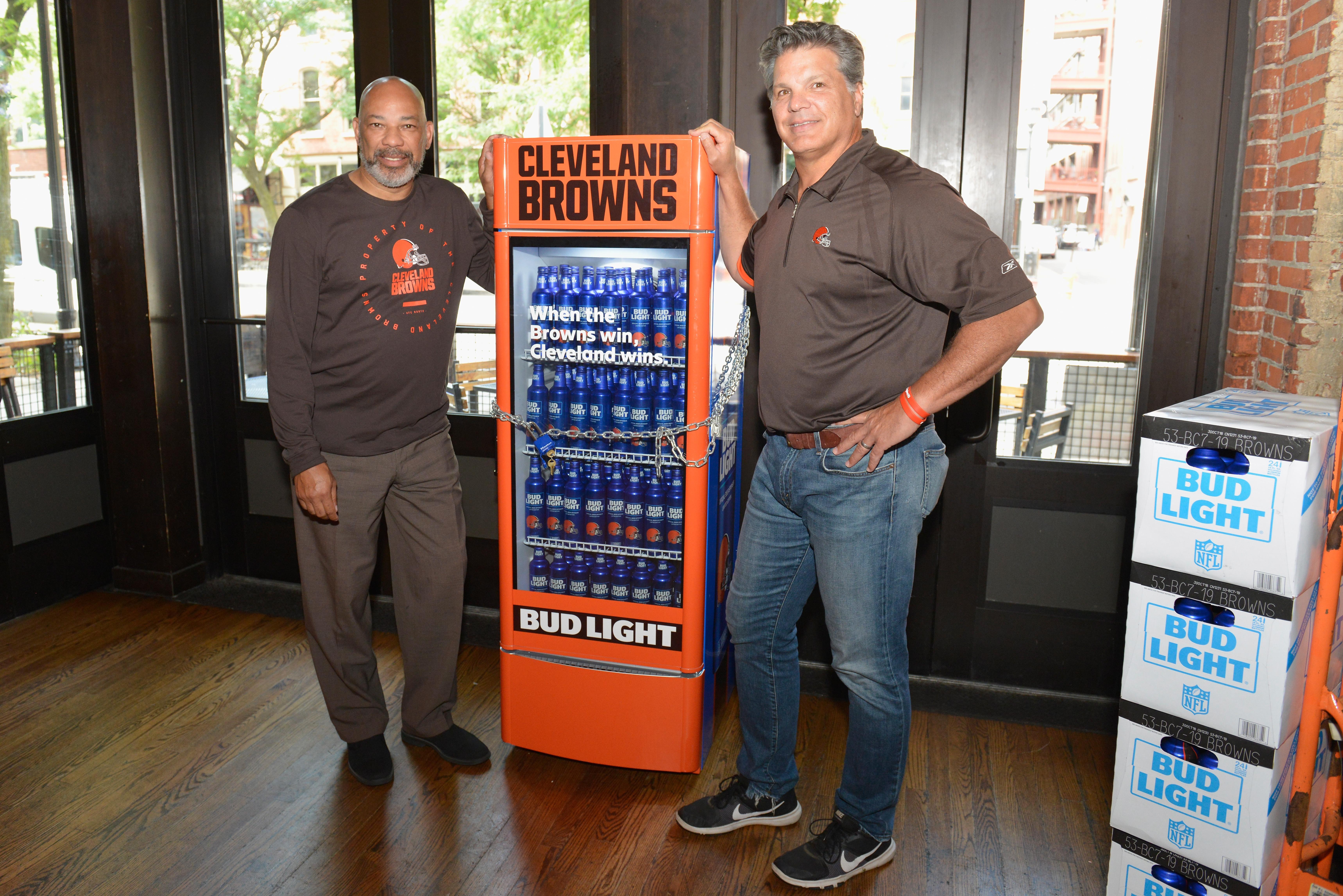 Биреният концерн Бъдуайзър разположи из Кливлънд 20 хладилника, пълни с