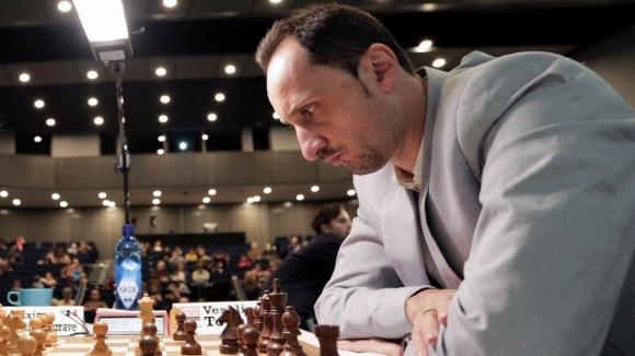 Най-добрият български шахматист Веселин Топалов прогресира с едно място, но