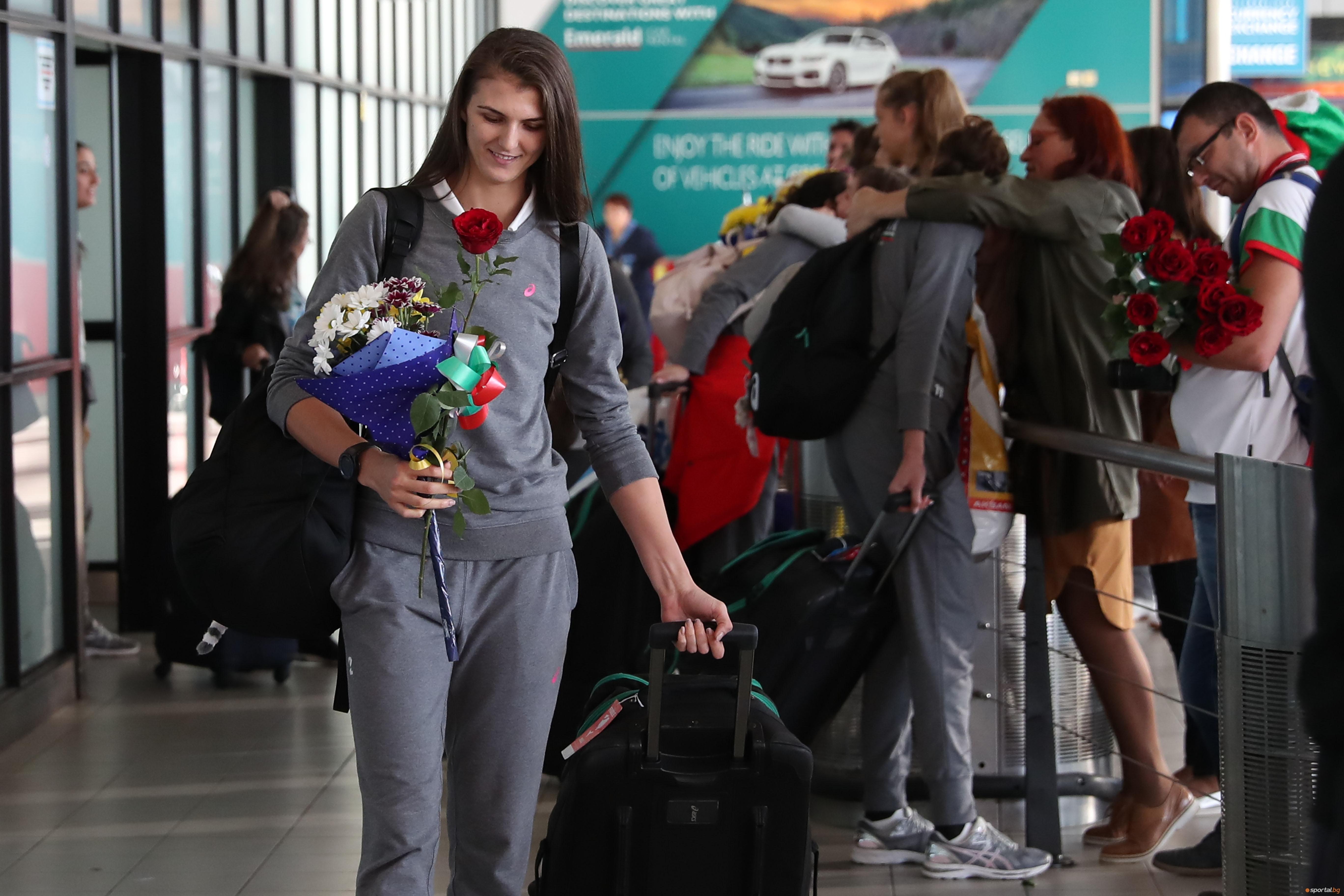 След близо 20-часов път от Токио до София, женският национален