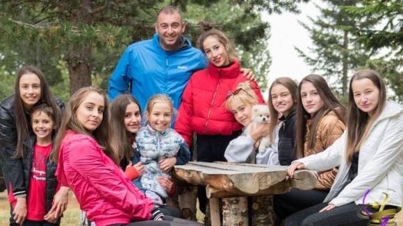 Националният отбор по художествена гимнастика ансамбъл и индивидуално продължава лагера