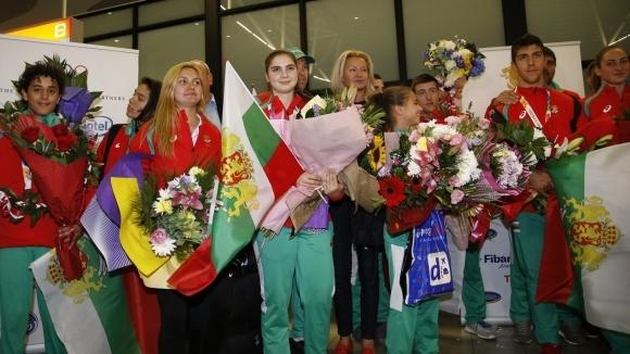 Много емоционално бяха посрещнати на летище София младежките ни олимпийци