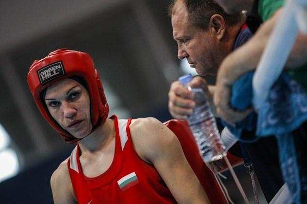 Българските боксьорки ходят с маски, за да се предпазят от