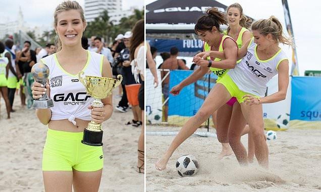 Тенисистката Южени Бушар показа умения в плажния футбол. Красивата блондинка