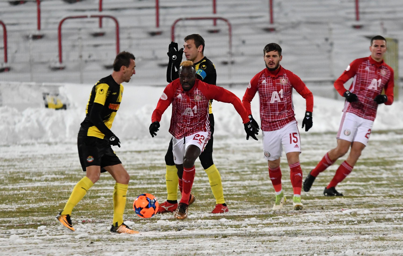 Трима футболисти напуснаха терена с контузия по време на последния
