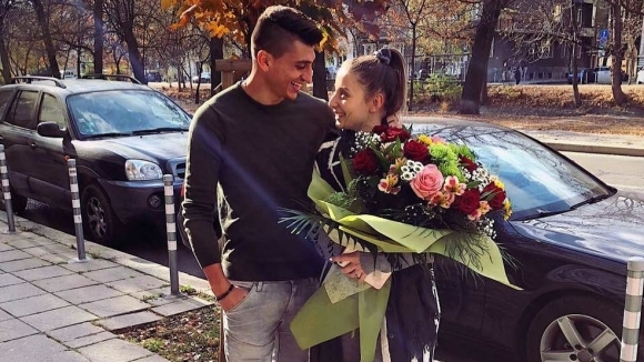 Бившият футболист на ЦСКА-София Александър Дюлгеров глези гаджето си -