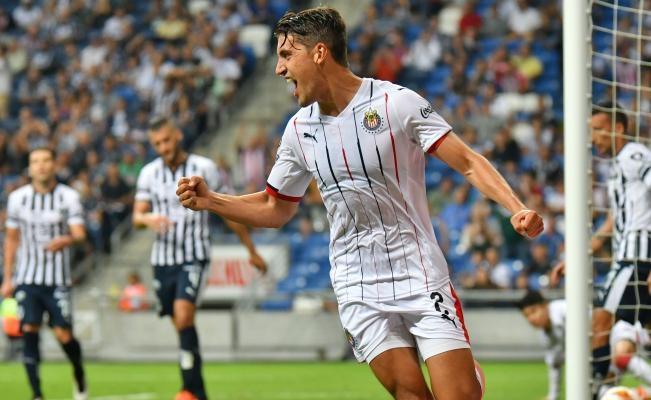 Бенфика и Порто наддават за мексиканския защитник Хосе ван Ранкин,