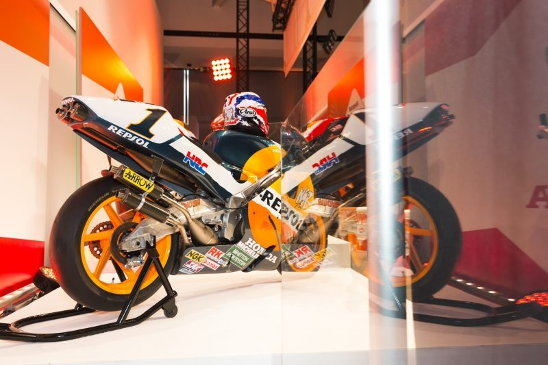 Шампионите в MotoGP Honda представиха своя нов мощен мотор за