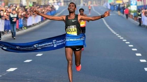 Снимка: Етиопец спечели маратона на Дубай с рекорд на трасето, кенийка триумфира с трети резултат за всички времена