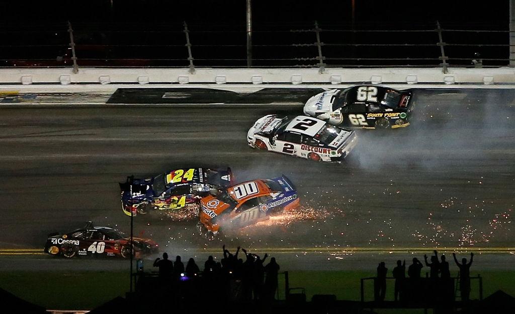 Дени Хамлин с Toyota победи Кайл Буш и триумфира в