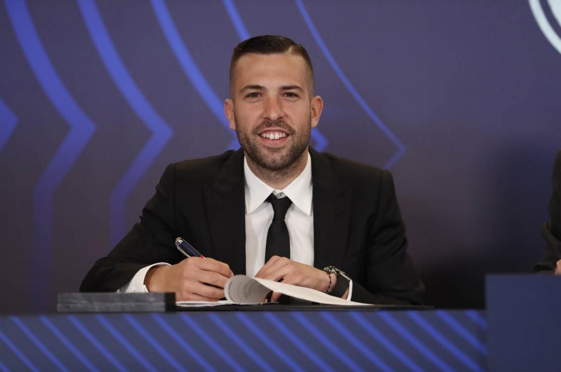 Защитникът на Барселона Жорди Алба вече официално е с контракт