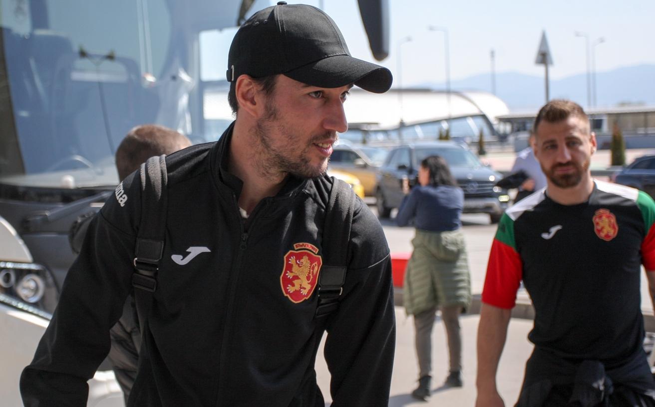 Националният ни отбор по футбол след кратък полет пристигна в