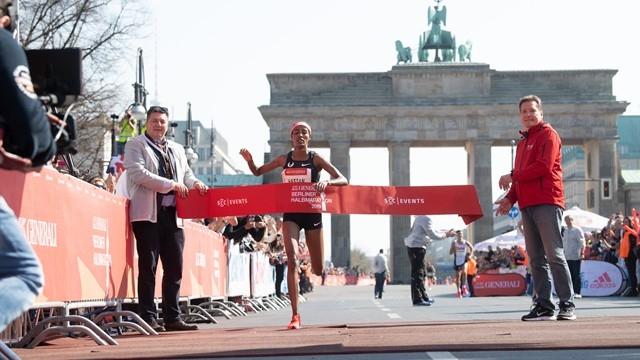Снимка: Сифан Хасан триумфира в полумаратона на Берлин с рекорд на трасето
