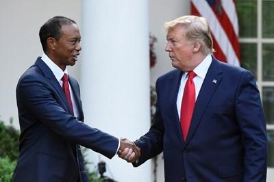 Президентът на САЩ Доналд Тръмп връчи на шампиона по голф